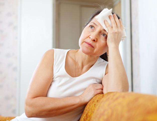 Volwassen vrouw gebruikt zakdoek op hoofd