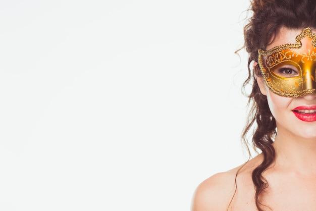 Volwassen vrouw in mooi gouden masker