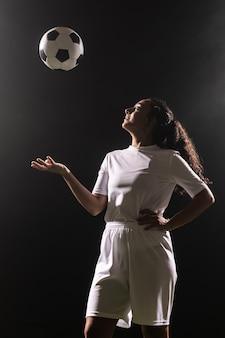 Volwassen vrouw in sportkleding met bal