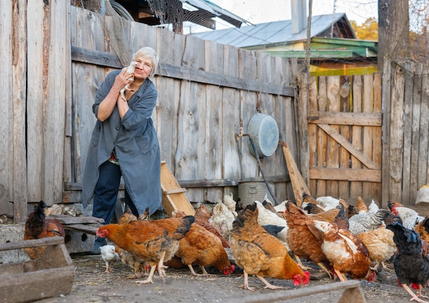 Volwassen vrouw met een klein kuiken op een boerderij