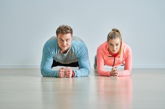 Volwassen vrouw met haar persoonlijke fitnesstrainer