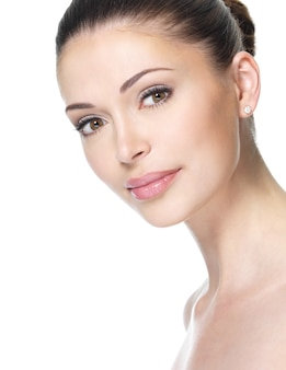 Volwassen vrouw met mooi die gezicht - op wit wordt geïsoleerd. huid zorg concept.
