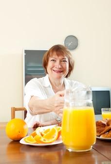 Volwassen vrouw met ontbijt
