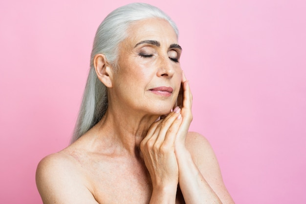 Volwassen vrouw met roze achtergrond