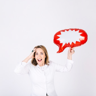 Volwassen vrouw met spraakballon