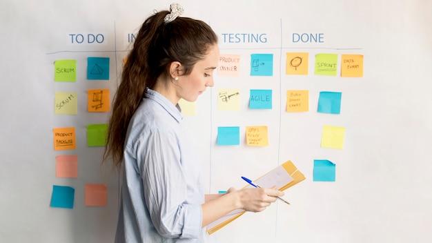 Volwassen vrouw planning project op kantoor