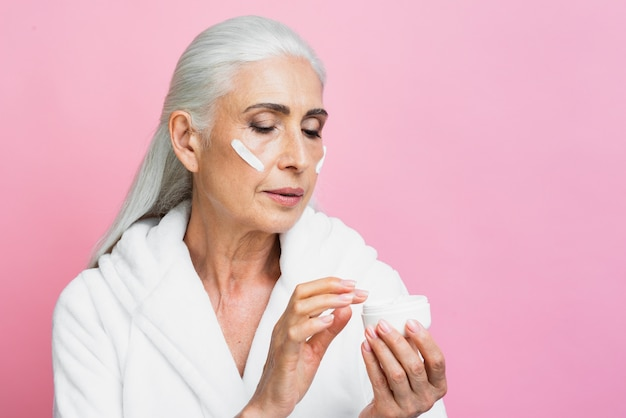 Volwassen vrouw vochtcrème testen