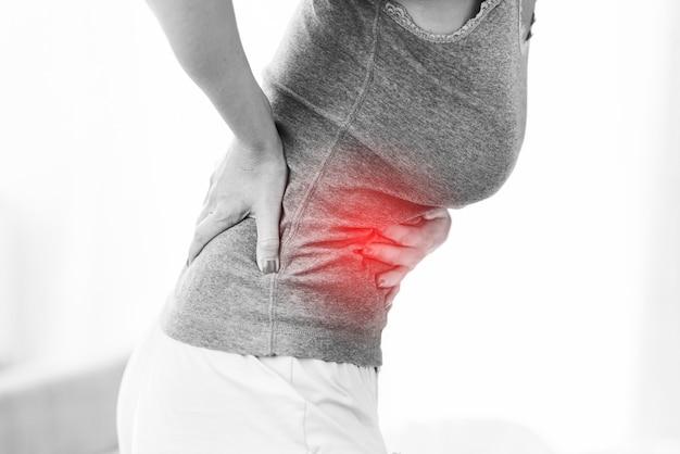 Volwassen vrouw voelt zich onwel en lijdt aan menstruatiepijn