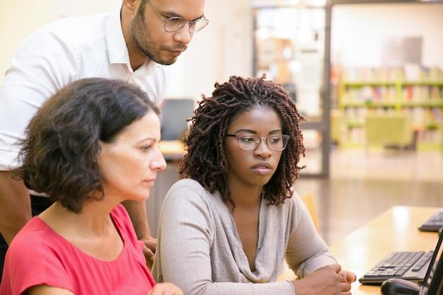 Volwassen vrouwelijke studenten raadplegende instructeur
