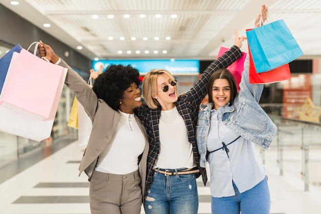 Volwassen vrouwen gelukkig samen winkelen