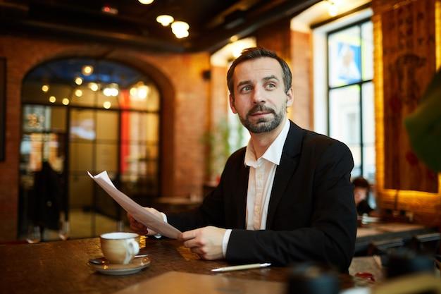 Volwassen zakenman in cafe