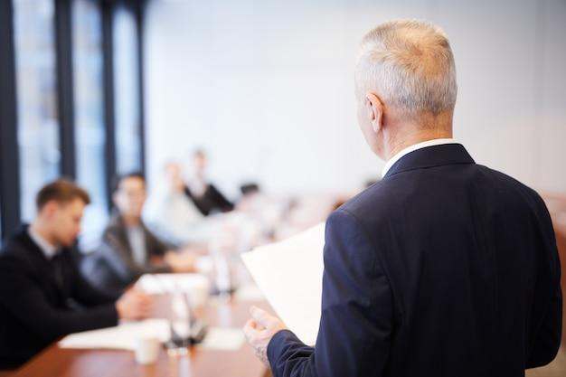 Volwassen zakenman in vergadering