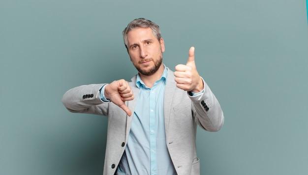 Volwassen zakenman voelt zich verward, geen idee en onzeker, waarbij hij het goede en slechte in verschillende opties of keuzes weegt