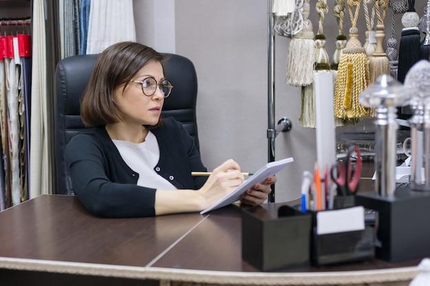 Volwassen zakenvrouw op de werkplek