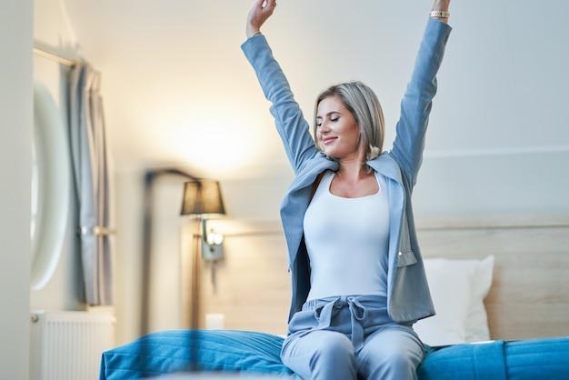 Volwassen zakenvrouw rusten in hotelkamer