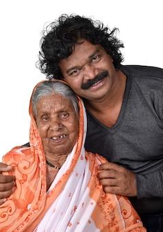 Volwassen zoon en zijn bejaarde moeder Premium Foto