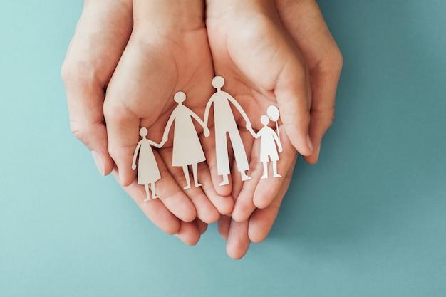 Volwassene en kinderenhanden die document familieknipsel houden