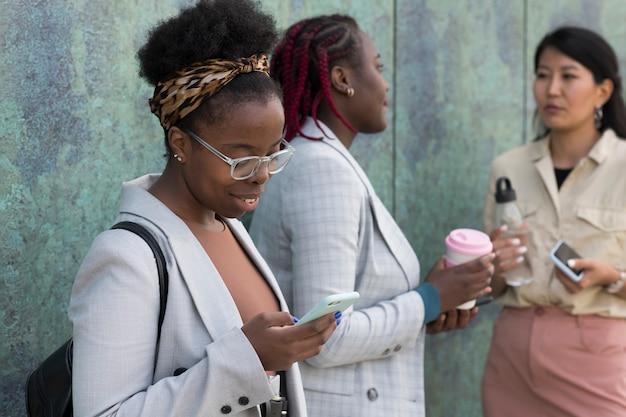 Volwassenen buiten close-up Gratis Foto