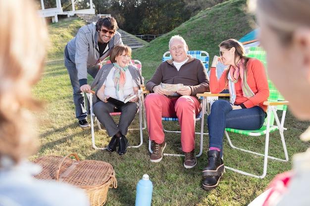 Volwassenen praten over de weide