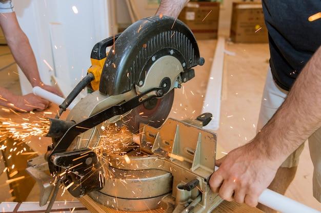 Vonken tijdens het malen van ijzer, metaalzagen, arbeidersman
