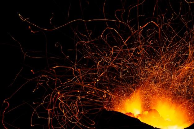 Vonken van brandende houtskool.