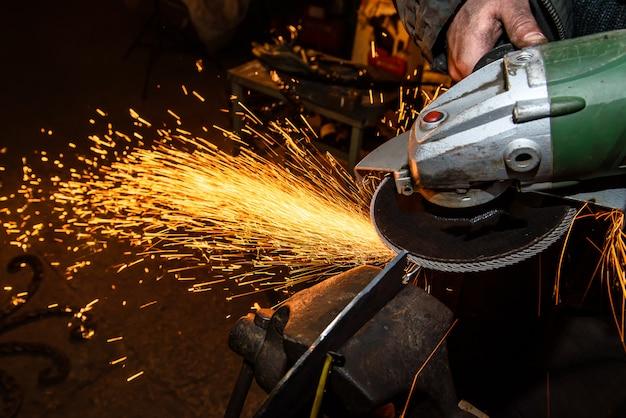 Vonken vliegen tijdens het snijden van metaal