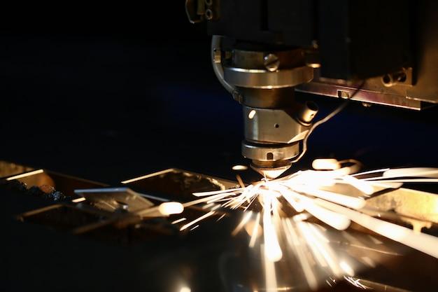 Vonken vliegen uit machinekop voor metaalverwerking