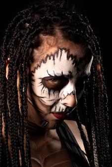 Voodoo-koningin, portret van een bovennatuurlijke entiteit voodoo-koningin, artistieke make-up, zwarte achtergrond, low key portret, selectieve aandacht.