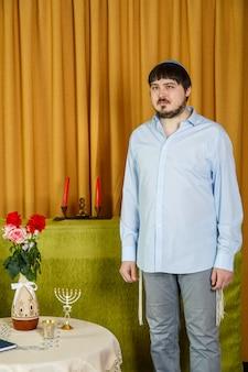 Vóór de choepa-ceremonie maakt de joodse bruidegom in de synagoge zich zorgen in afwachting van de bruid. verticale foto