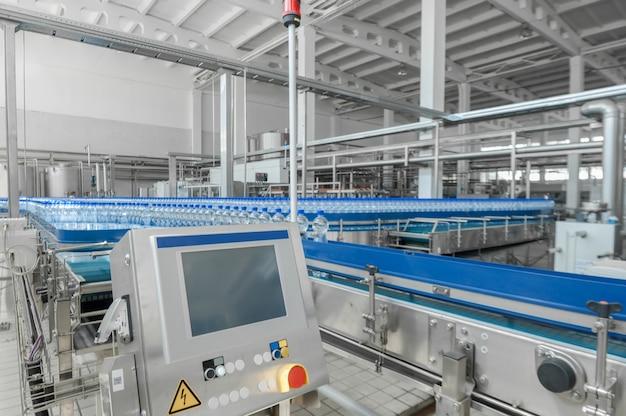 Voor de productie van plastic flessen en flessen op een transportbandfabriek