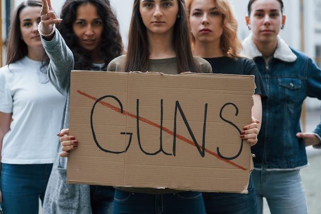 Voor de rust. een groep feministische vrouwen protesteert buitenshuis voor hun rechten