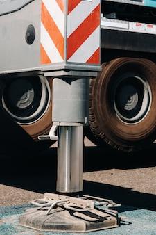 Voor de stabiliteit zijn hydraulische steunen voor de kraanpoten aangebracht.