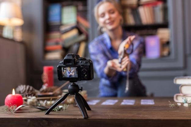 Voor de vlog. moderne professionele camera die een video opneemt terwijl hij op tafel staat