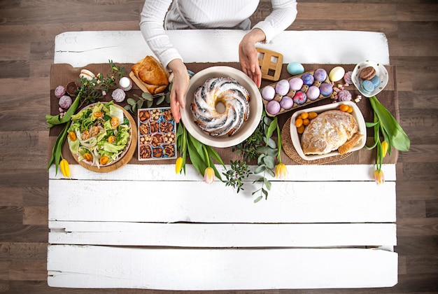 Voor een tafel gedekt met eten, paasvakantie.