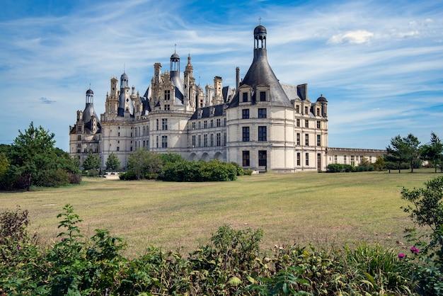 Voor- en zijkant van het kasteel van chambord in frankrijk