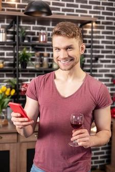 Voor het avondeten. bebaarde, stralende blonde man voelt zich opgewonden voor een romantisch diner met zijn vrouw
