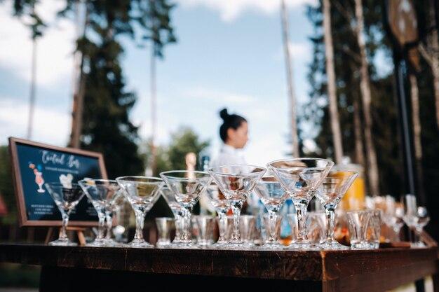 Voor het begin van de vakantie staan er veel lege glazen op tafel.