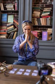 Voor het ritueel. aardige jonge vrouw die haar handen bij elkaar houdt terwijl ze zich voorbereidt om het ritueel te beginnen