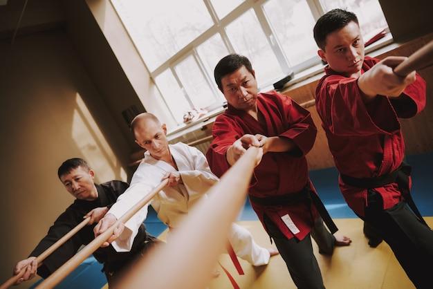 Voor kung fu-mannen in trainingsmethoden met stokjes.