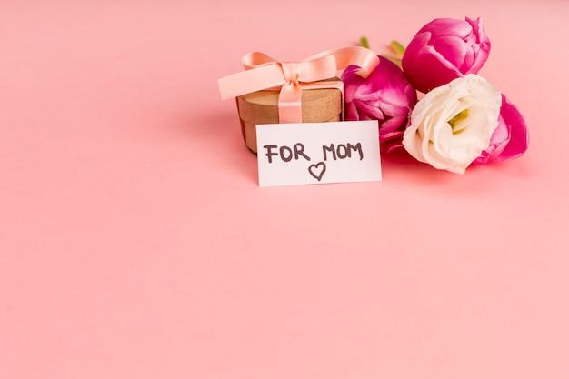 Voor moeder notitie op kleine geschenkverpakking