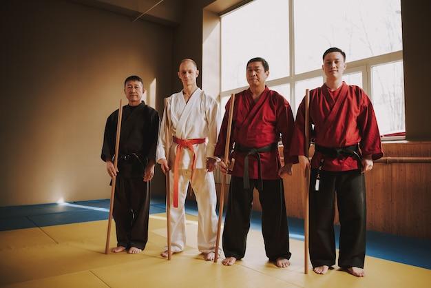 Voor taekwondo verblijven mannen in de trainingsruimte.