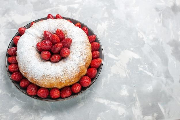 Vooraanzicht aardbeientaart met suikerpoeder op wit