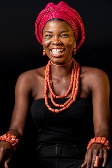 Vooraanzicht afrikaanse vrouw lachend
