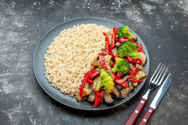 Vooraanzicht alkmaarse gort met lekkere gekookte groente