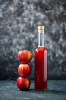 Vooraanzicht appelmoes rood gekleurd met verse appels op grijze kleur fruitdrank saus ketchup maaltijdboom wijn