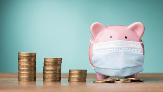 Vooraanzicht arrangement van munten met spaarvarken