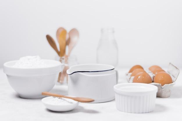 Vooraanzicht arrangement van zuivelproducten voor zoet brood