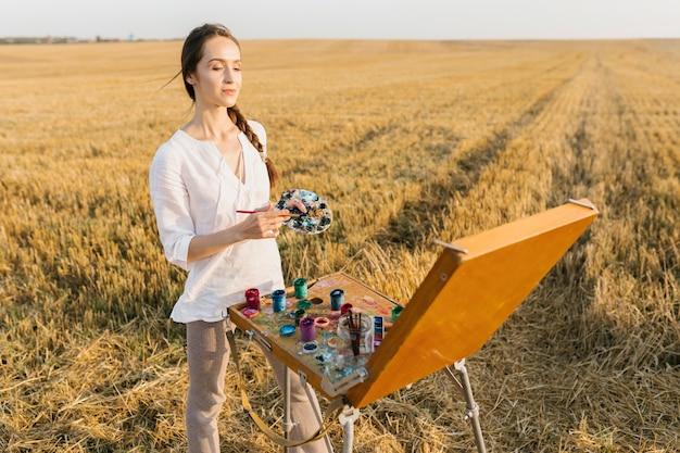 Vooraanzicht artistieke vrouw schilderij