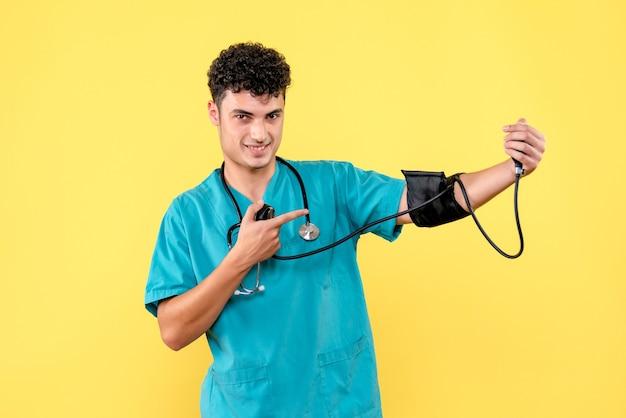 Vooraanzicht arts die een arts op zijn bloeddruk toont