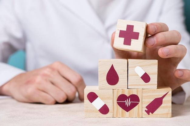 Vooraanzicht arts die medisch element houdt